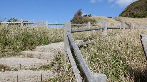大バエ灯台遊歩道の曲がりくねった階段