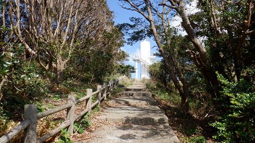 大バエ灯台が見える遊歩道