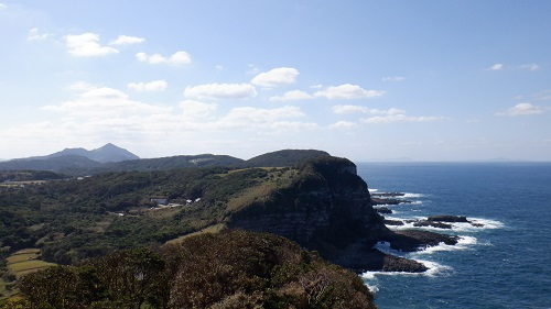 大バエ灯台展望台から見た海と丘の光景