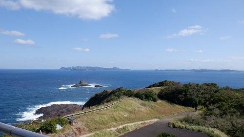 大バエ灯台から見た遊歩道付近と海の光景