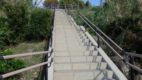 神崎鼻公園最西端のモニュメントからの登り階段
