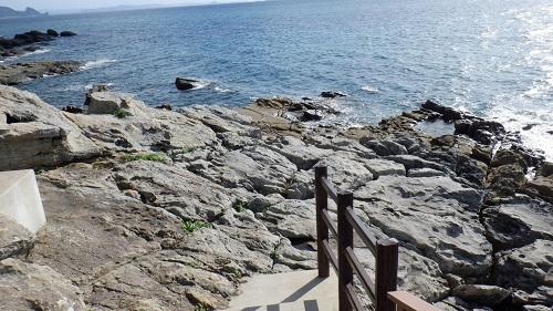 神崎鼻公園最西端のモニュメントから続く海岸