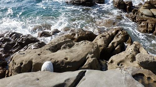 海岸にある岩の光景