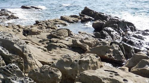 海の水が溜まっている岩場の光景