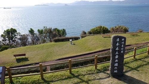 神崎鼻公園内にある日本本土最西端の地と書かれた石碑と海の光景