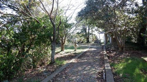 権現山遊歩道から日の山神社へ続く道