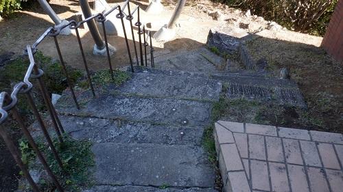権現山上の展望台への階段