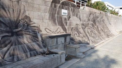 海岸の壁に描かれた壁画