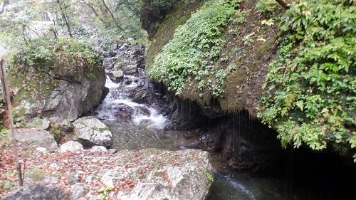 神庭の滝の敷地内にある玉垂の滝の光景
