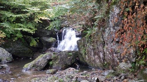 神庭の滝に向う途中にある滝