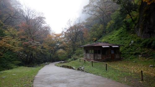 神庭の滝遊歩道と小さな小屋