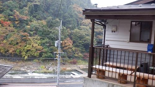 真賀温泉共同浴場入口から見た川