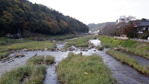三朝温泉内を流れる川