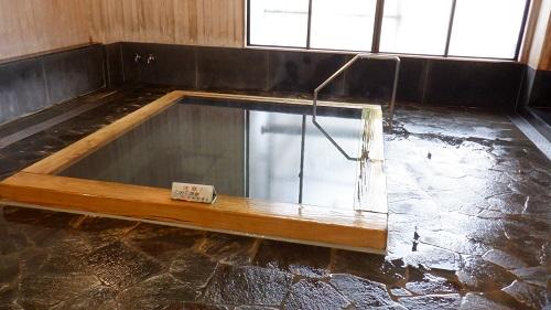 三朝温泉共同浴場の湯舟