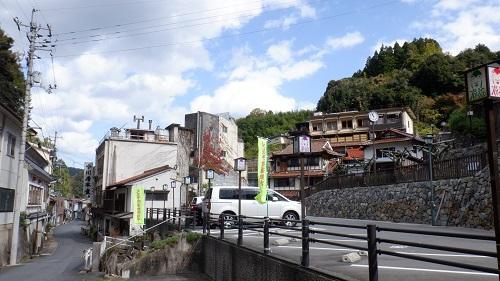 駐車場付近と温泉街の光景