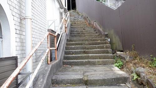 有福温泉内の薬師堂へ続く階段