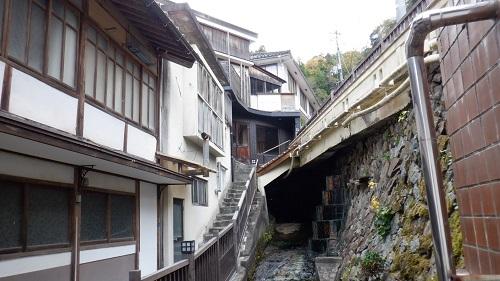 有福温泉内の建物が並ぶ光景