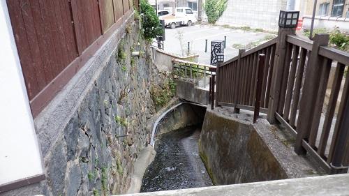 有福温泉内で水が流れている場所