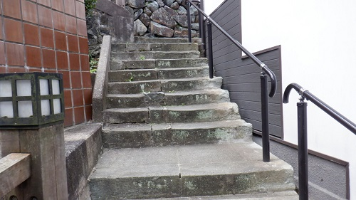 有福温泉内にある手すり付き階段