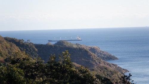 クルスの海から見える巨大タンカー