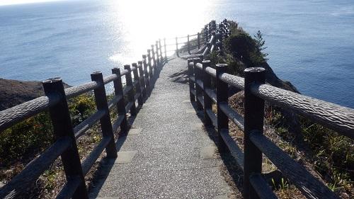 海へと続く馬ケ背の遊歩道