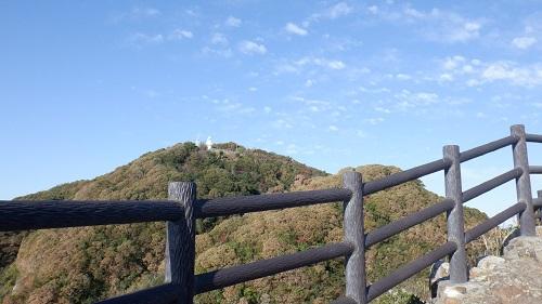 遊歩道から見える細島灯台