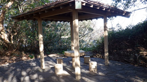 細島灯台へ向かう途中の休憩所