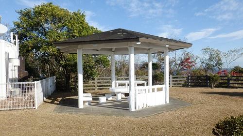 細島灯台の近くにある休憩所