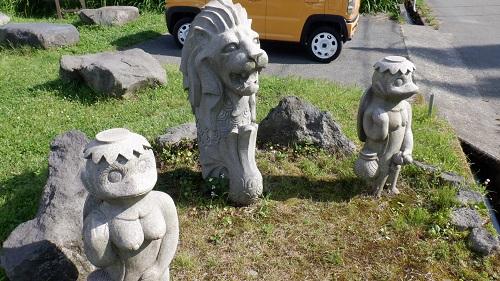 ポケットパーク湧水に置かれている石像