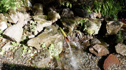 手野の名水で竹を利用した水汲み場