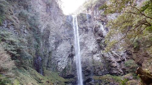 下から見た福貴野の滝