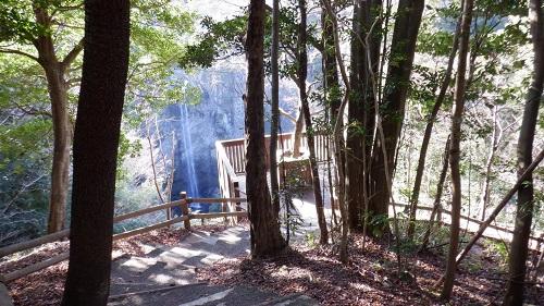 遊歩道から見た展望台と福貴野の滝