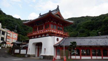 武雄温泉の楼門と周辺の光景