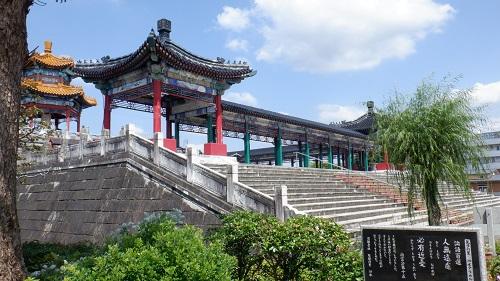 孔子公園内の建物と論語説明看板