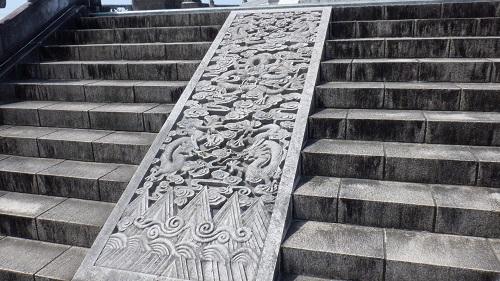 孔子公園内にあるリレーフがある階段