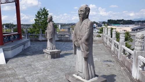 孔子像のある建物付近に置かれた石像