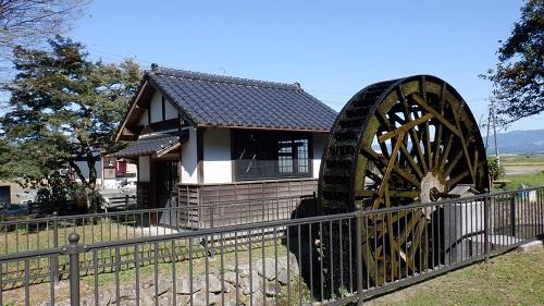 前川水源内の水車小屋がある光景