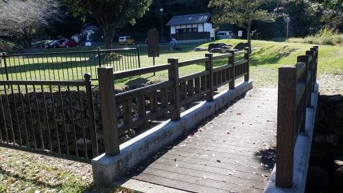 前川水源内にある橋付近の光景