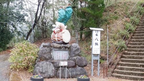 鉾神社の入口にある少彦名命の像