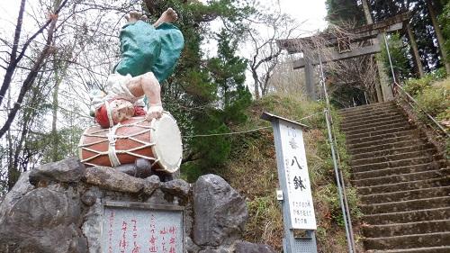 鉾神社の入口にある神様の像