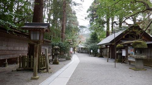 天岩戸神社拝殿入口前の道