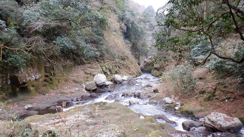 天安河原の遊歩道から見える川