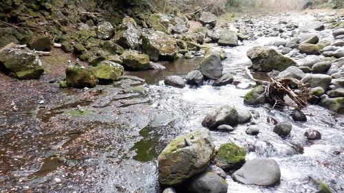 天安河原に続く遊歩道に沿って流れる川