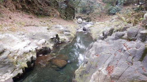 天安河原の遊歩道付近を流れる川