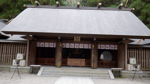 天岩戸神社拝殿と賽銭箱