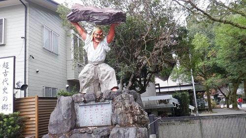 天岩戸神社の駐車場から見える天之手力男神の像