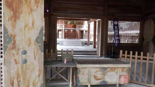 天岩戸神社東本宮の拝殿と奥に見える本殿