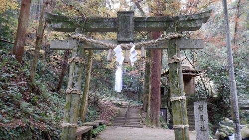 白糸の滝と神社の鳥居