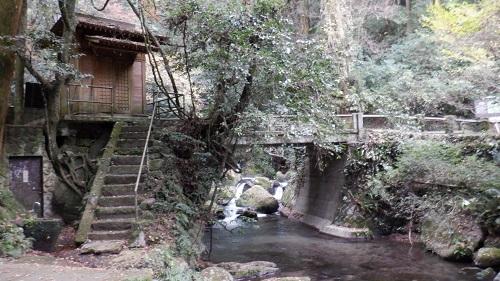 白糸の滝から流れる川のほとりにある社