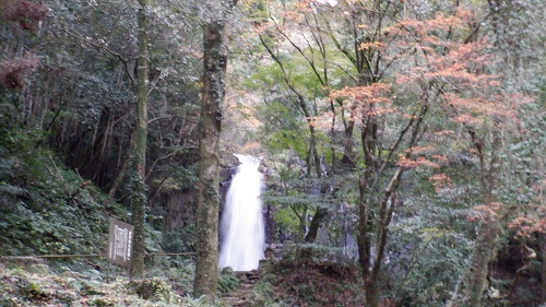 白糸の滝と滝壺へ続く階段